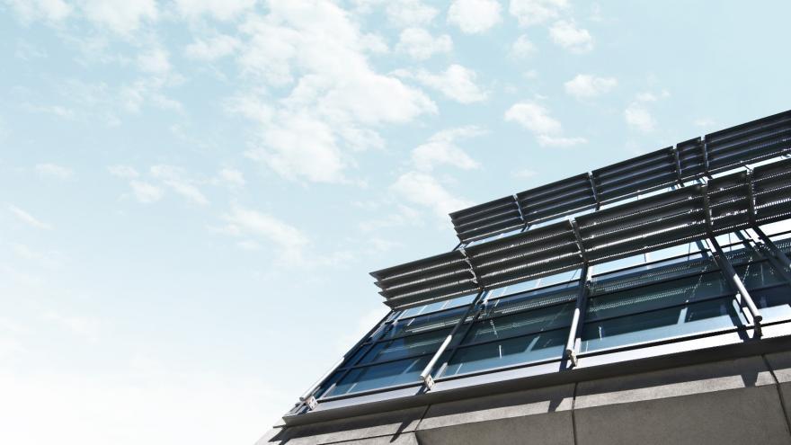 Panel solar en un edificio empresarial