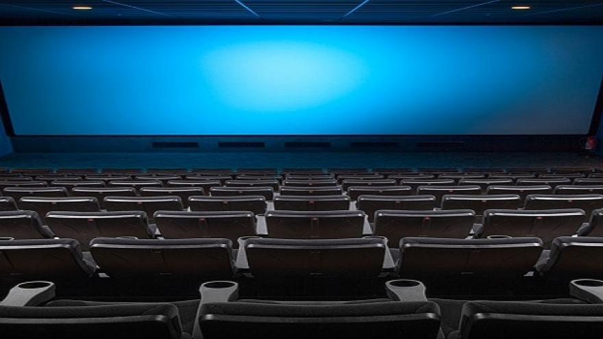 Sala de cine con la pantalla al fondo
