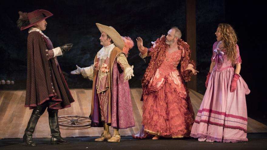 Escena de la obra de teatro Entre bobos anda el juego