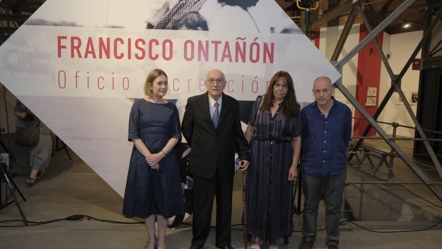 Imagen Marta Rivera en la exposición del trabajo de uno de los referentes de la fotografía española del siglo XX, Francisco Ontañón