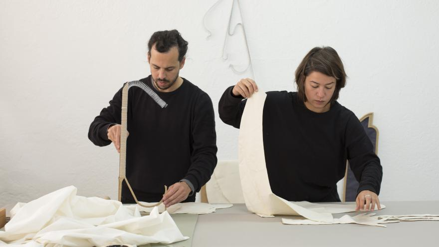 La Comunidad de Madrid presenta la exposición Cubierta brillante, margen delgado de los jóvenes artistas Fuentesal & Arenillas.