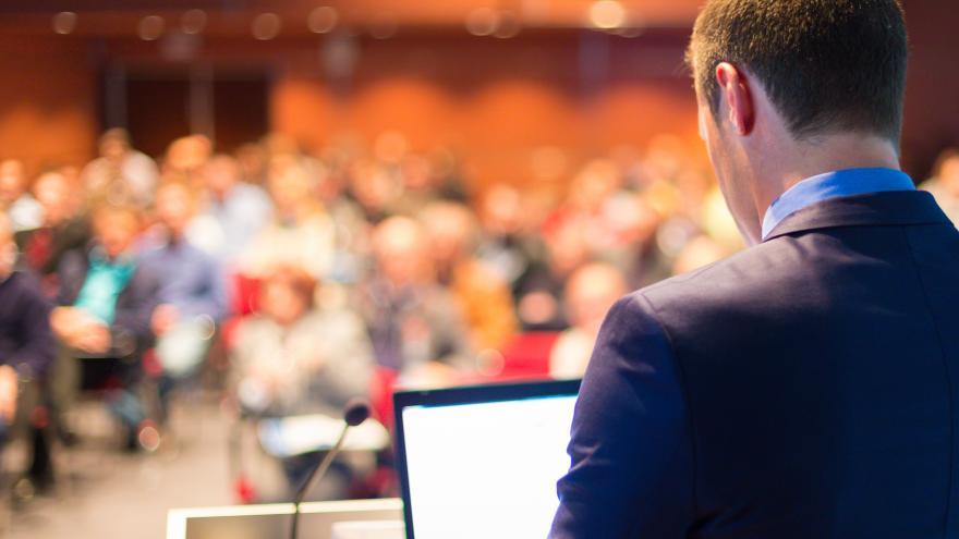 Conferenciante dirigiéndose al público