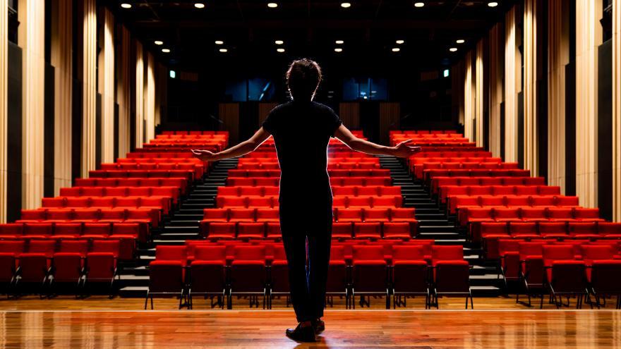 Actor encima de un escenario saludando