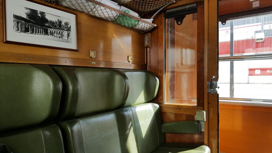 Detalle de los asientos e interior de un vagón del Tren de la Fresa