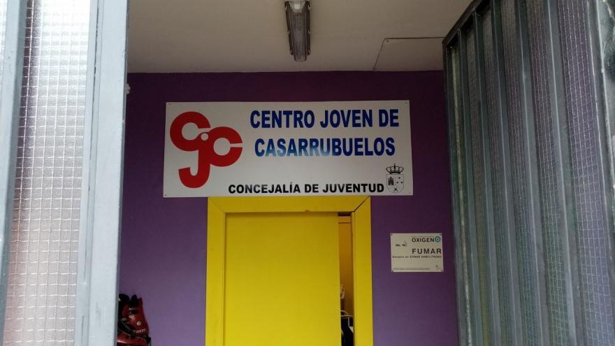 Puerta amarilla de entrada a la oficina