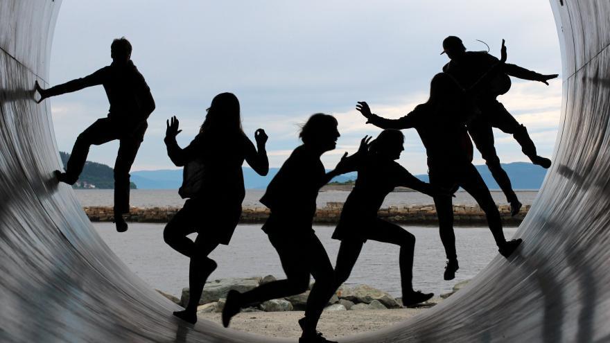 Siluetas de jóvenes en un túnel