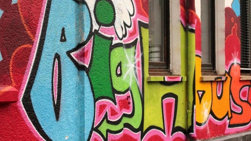 Fachada pintada con un graffitti
