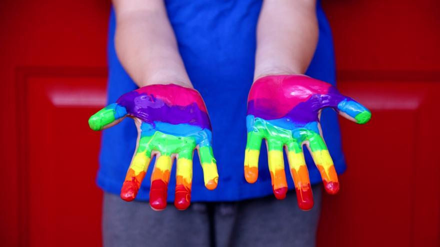 Manos con los colores del arcoíris