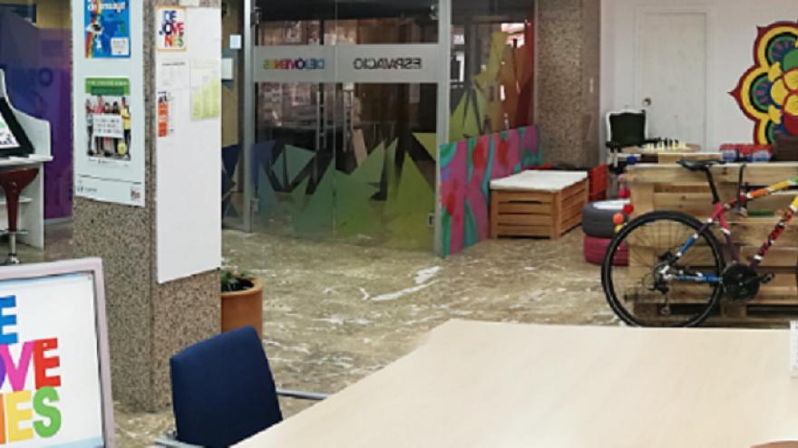 Interior de oficina con mobiliario