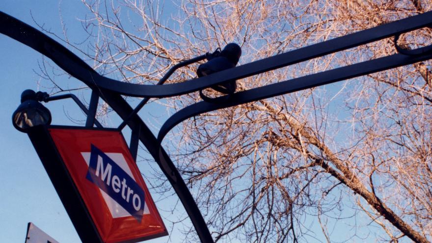 Anagrama de Metro en acceso a estación