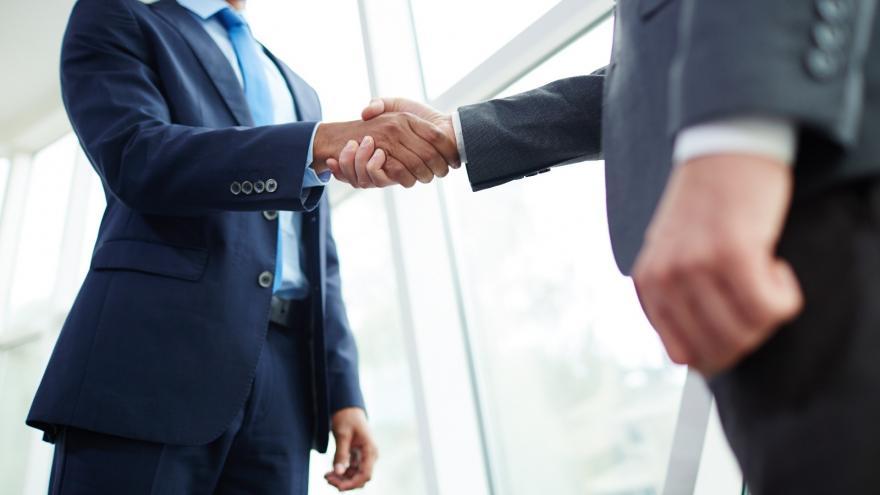 Dos empresarios dándose la mano