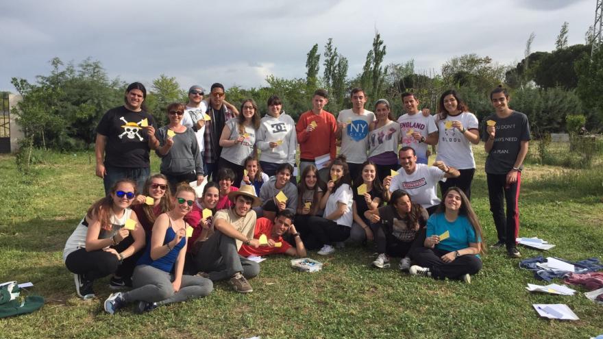 Grupo de jóvenes en el campo