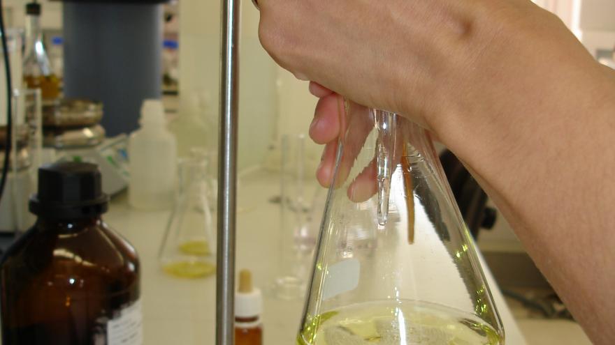 técnico analizando aceite en un matraz