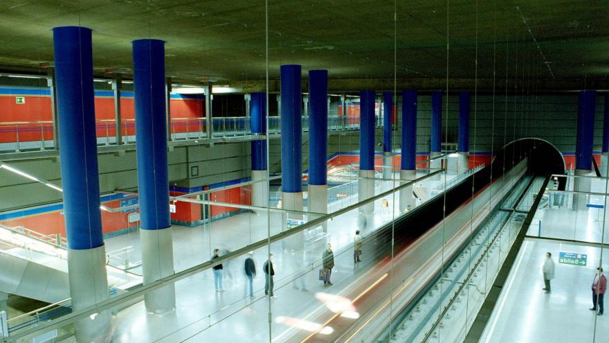 Vista de la estación Mar de Cristal. Personas esperando al tren