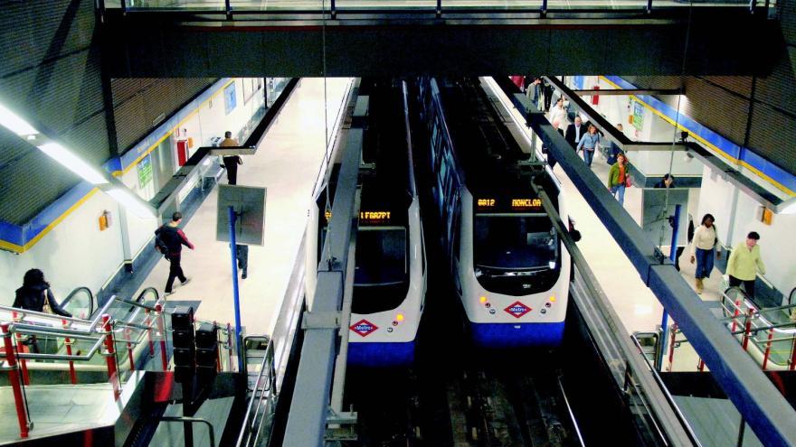Nuevos andenes de la estación de Moncloa y dos trenes parados en la estación
