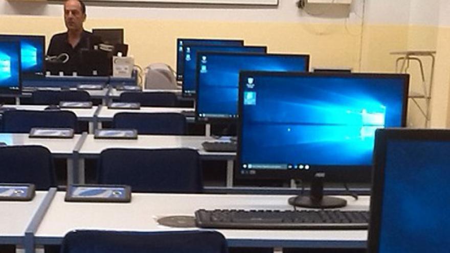 Imagen de aula con ordenarores