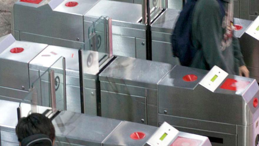 Canceladoras de billetes en vestíbulo de Renfe/Metro