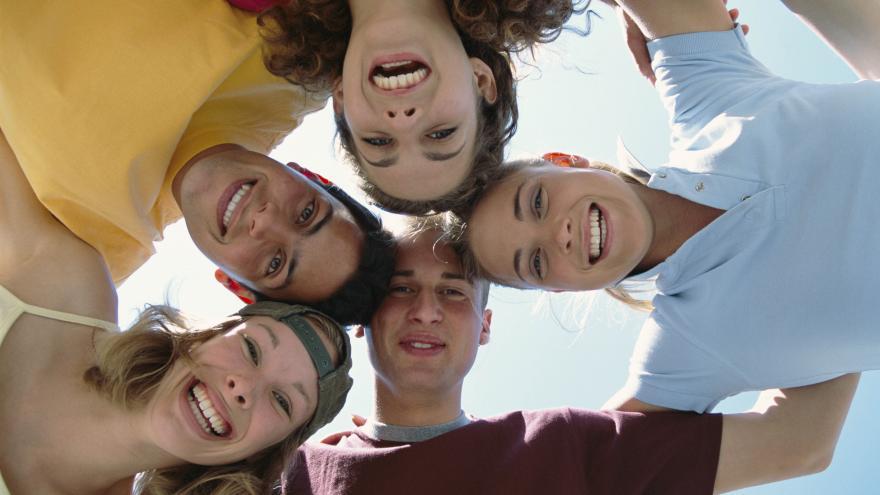 Circulo de rostros de jóvenes