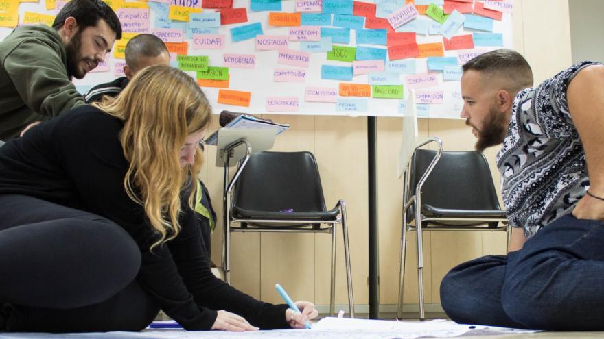 Jóvenes trabajando en grupo en un curso