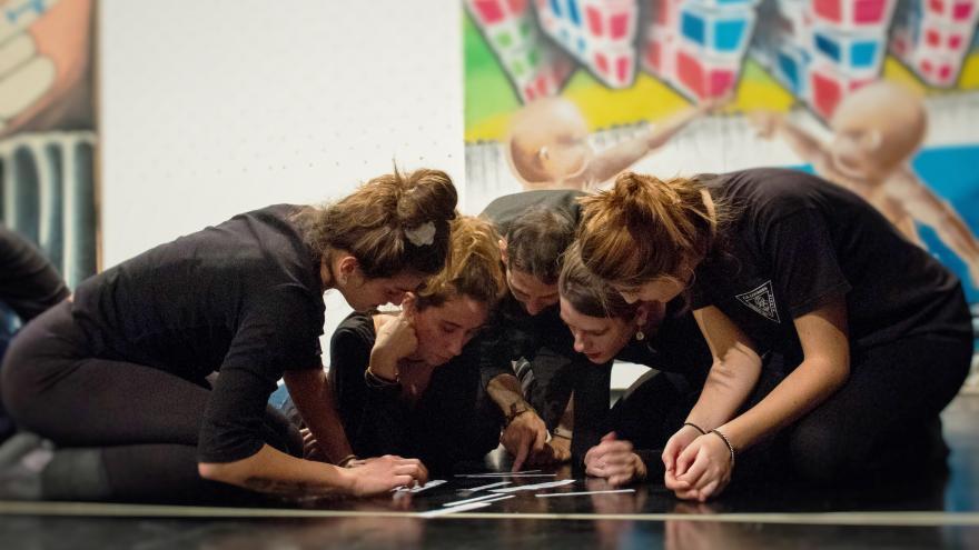 Jóvenes trabajando en grupo en el suelo