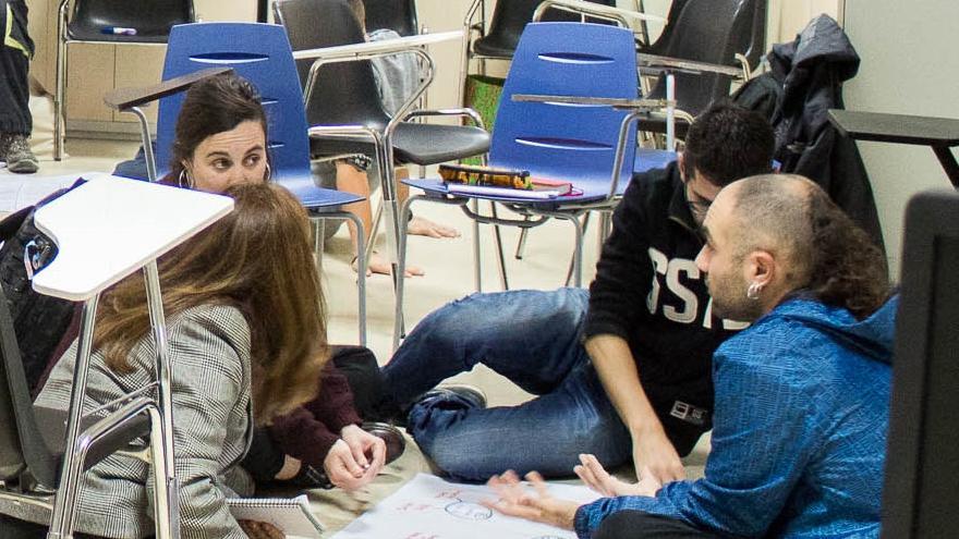 Sesión de un curso con jóvenes trabajando en grupos