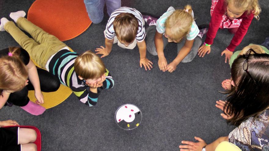 Niños en círculo jugando