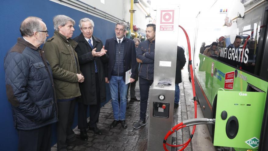 Ángel Garrido, consejero de Transportes, Movilidad e Infraestructuras, observa la recarga de los nuevos autobuses interurbanos sostenibles