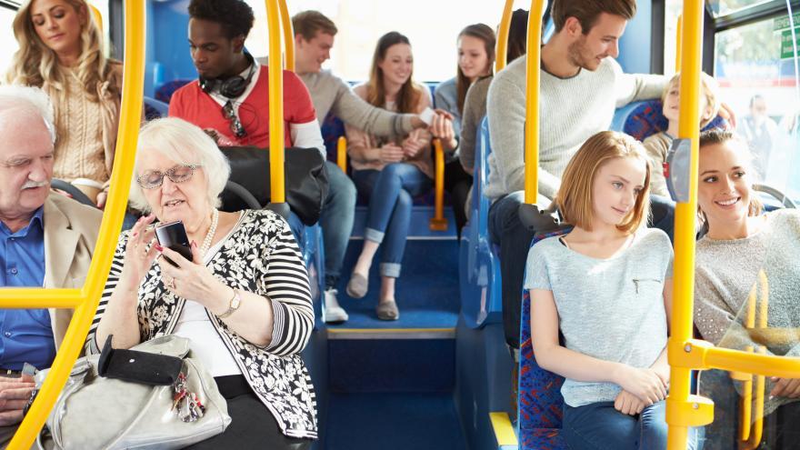interior de autobús con gente sentada
