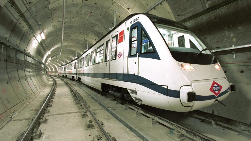Tren 8000 circulando por el túnel