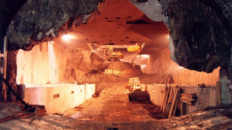 Excavadora trabajando en la caverna de la estación