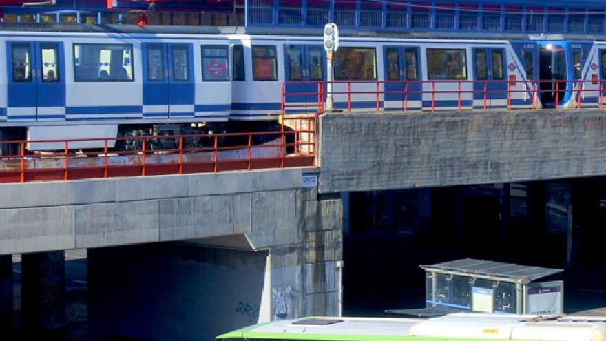 Intercambiador de Aluche con vagón de Metro y autobús interurbano
