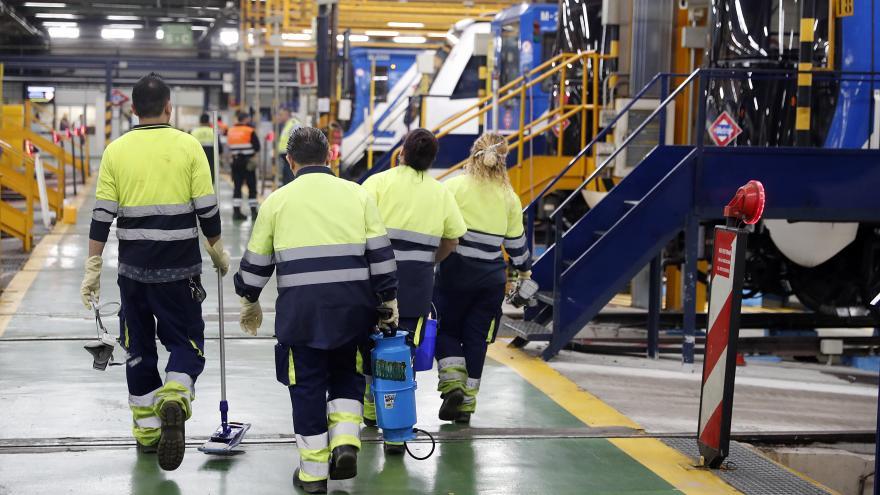 Trabajadores de Metro desinfectando