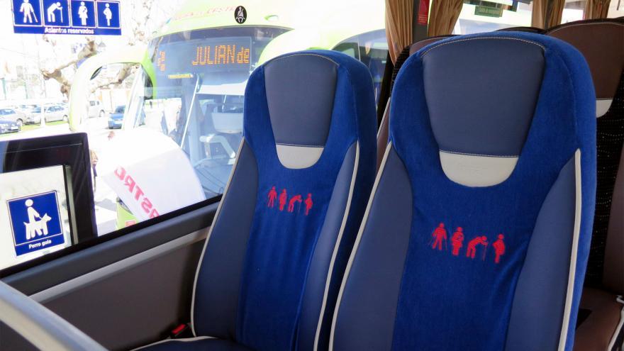 Asientos reservados para personas de movilidad reducida en un autobús interurbano