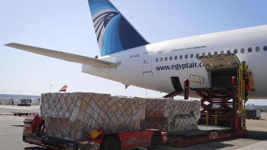 Descarga material sanitario avión