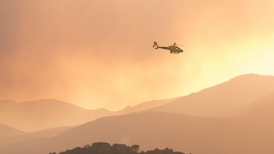 Helicóptero apagando incendio