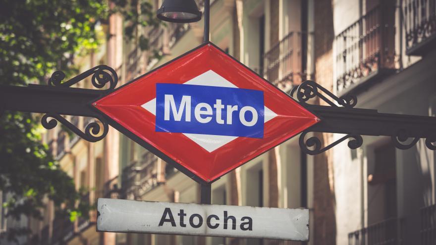 Cartel de metro en la estación de Atocha