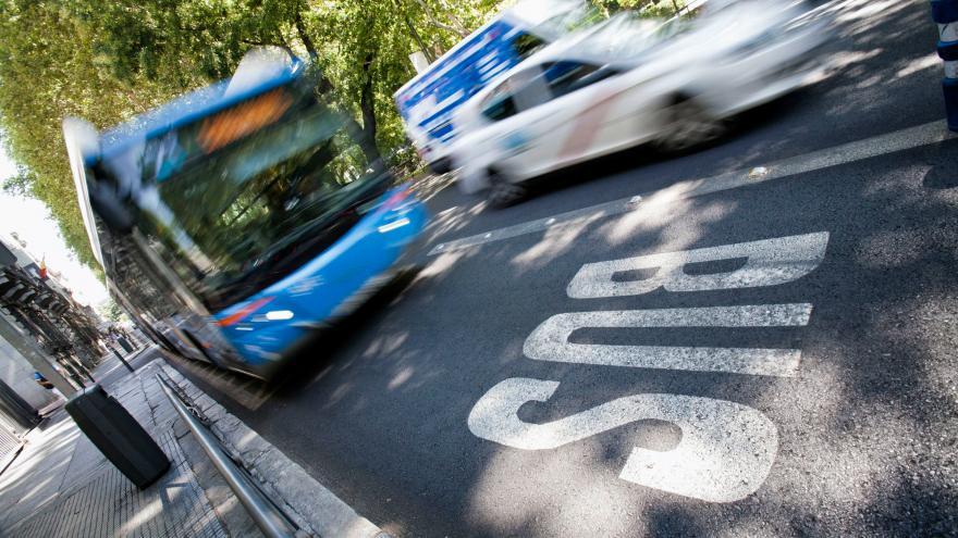 Autobús urbano de la EMT circulando por una calle de Madrid