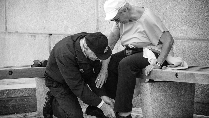 Imagen de dos personas mayores