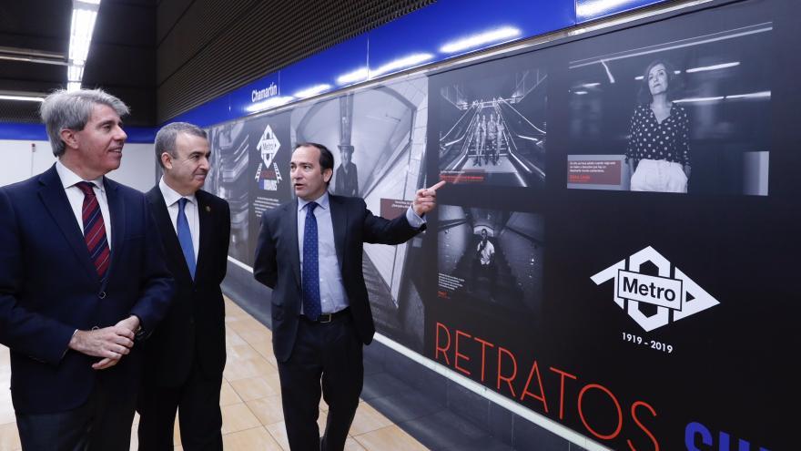 El logo de Metro de Madrid sobre una boca de entrada