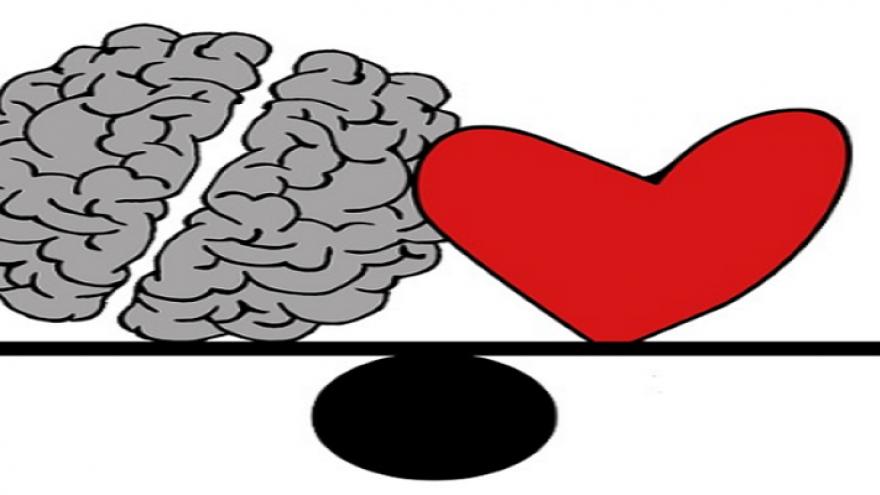 Dibujo de una balanza con un cerebro y un corazón encima