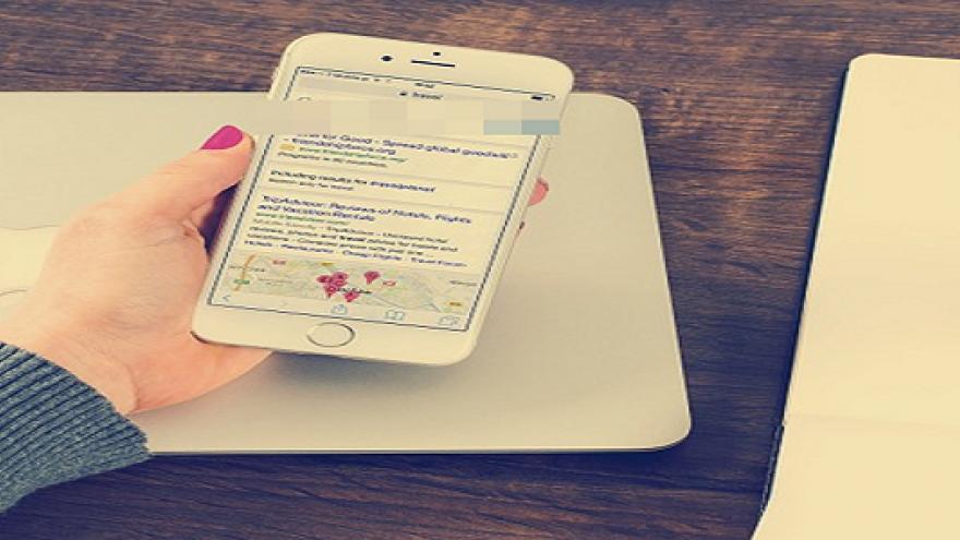 Mujer escribiendo en el móvil