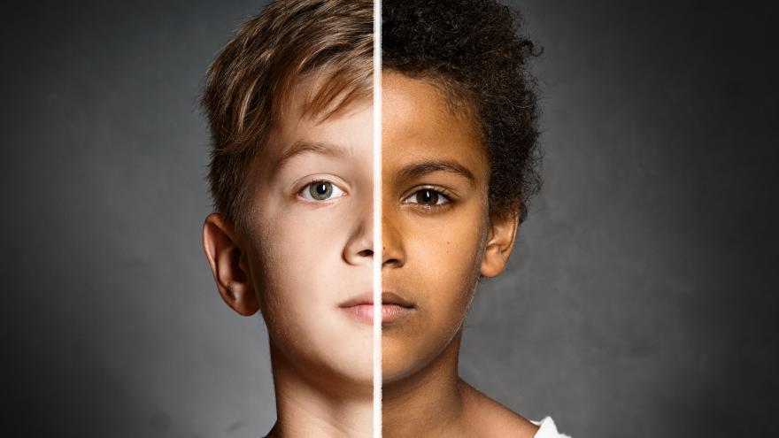 Cara de dos niños de diferente raza