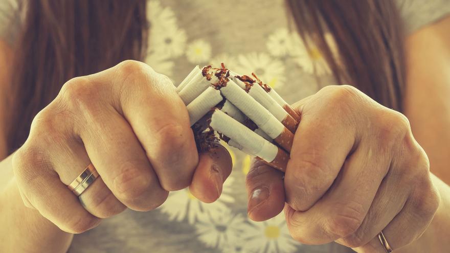 Chica rompiendo cigarrillos