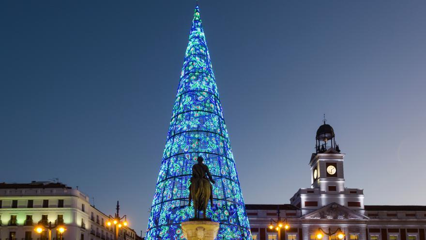 Árbol de Navidad en la Puerta del Sol iluminado