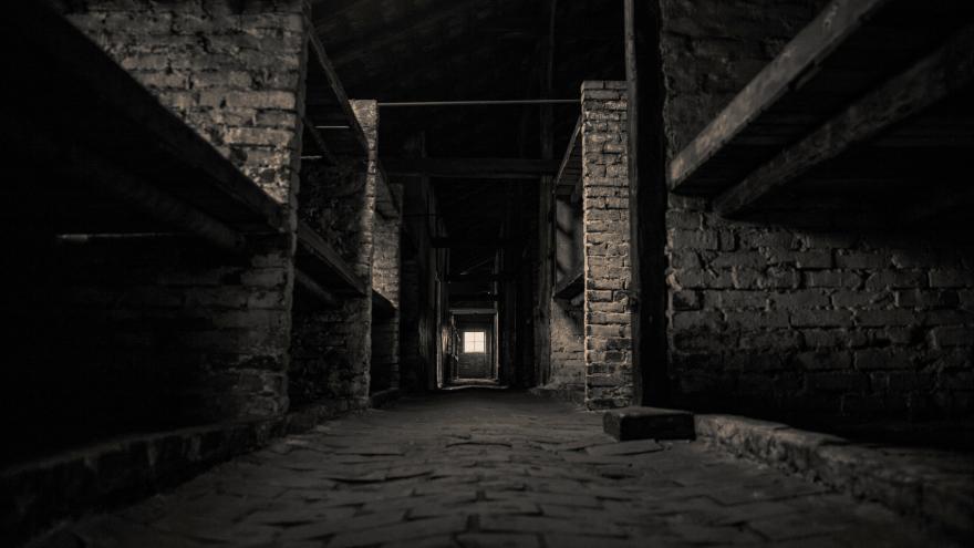 Foto en blanco y negro de las instalaciones de Auschwit-Birkenau