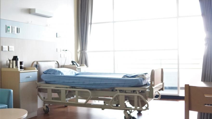 Habitación de hospital con un cama de hospital