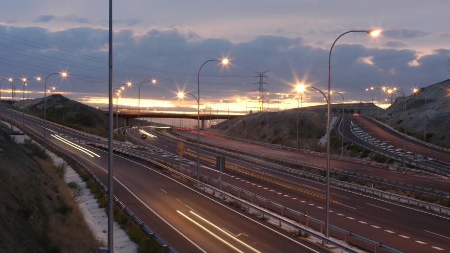 Imagen de la carretera M.45 al atardecer