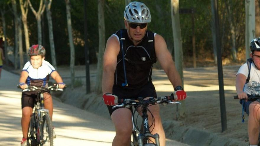 Ciclistas por el paseo principal de Polvoranca