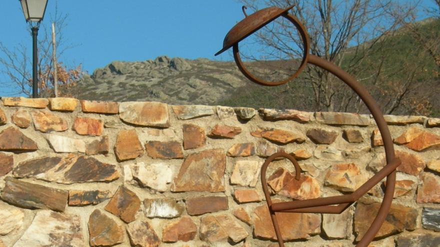 Escultura delante de un muro