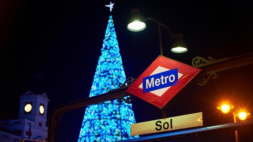 Estación de Metro Sol con árbol de Navidad iluminado